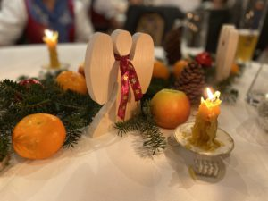 Jedes Jahr basteln Waltraud Uttendorfer und Horst Steckenbiller fleißig, um mit einer herrlichen Tisch-Deko die Gäste zu überraschen.