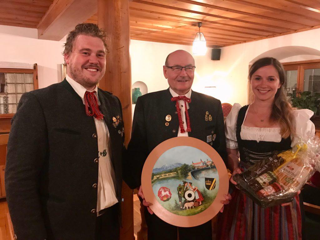 Ehrenmitglied Günther Sperrer (Mitte) nimmt freudestrahlend die Hochzeitsscheibe seines Nachfolgers im Schützenmeisteramt Tobi Sperl und seiner Frau Britta entgegen.